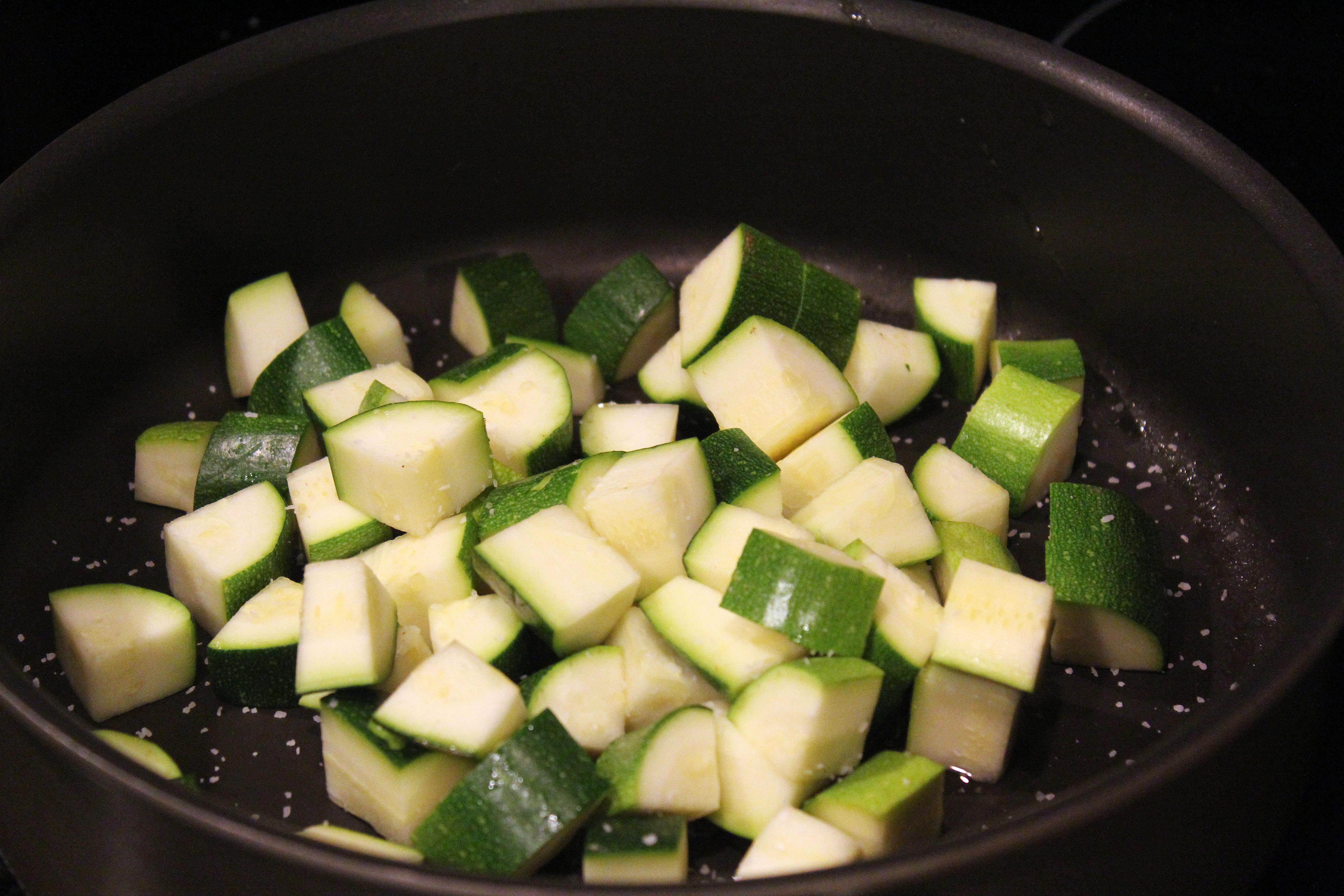 Start zucchini with salt