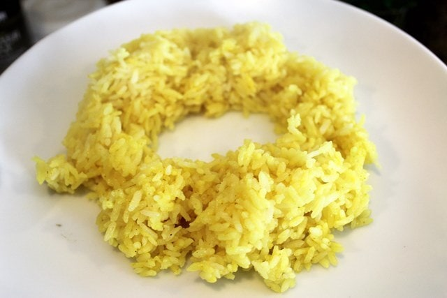 Make a little ring of rice