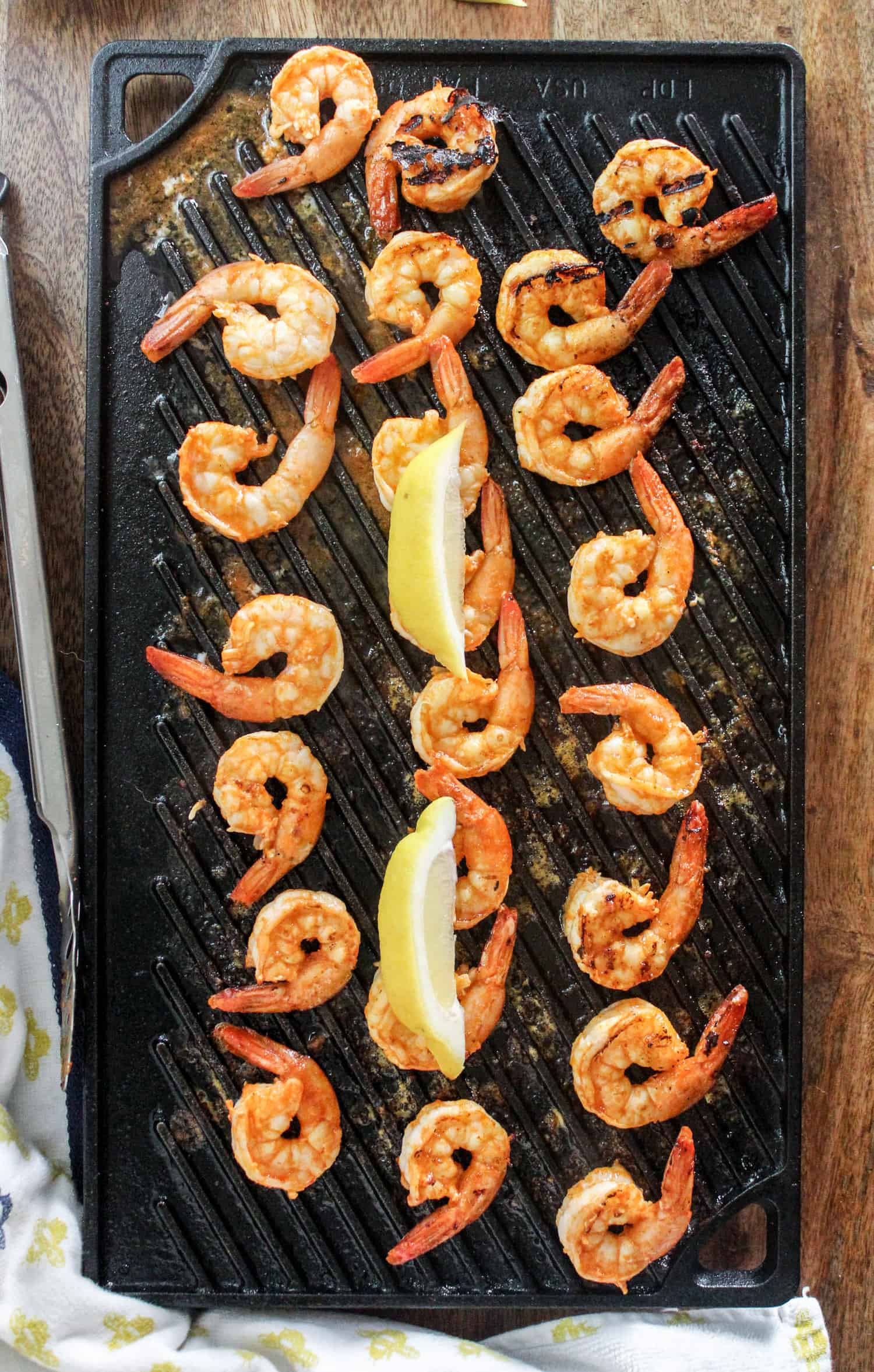 shrimp on grill pan with lemon slices